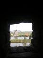 壁に空けられた物見穴から他の風車が見える