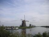 遊覧ボートと風車群