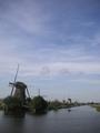 風車群と運河を走る小船