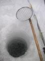 穴に浮かんでくる氷を除く
